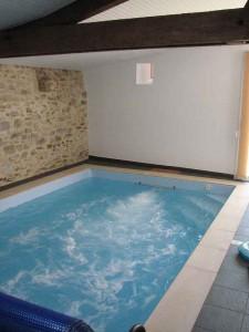 Location gîte piscine intérieure Vendée avec nage à contre courant et hydromassage