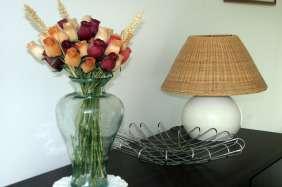 Location vacances en gîte rural vendée, fleurs et lampe du salon