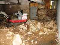 travaux de l'ancienne grange: terrassement à l'intérieur du bâtiment