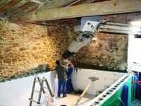 travaux de l'ancienne grange: le béton est coulé dans les murs de la piscine