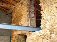 travaux de l'ancienne grange: la poutre métallique de soutien est mise en place