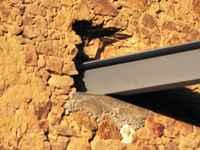 travaux de l'ancienne grange: la poutre métallique va soutenir le plancher de l'étage