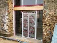 travaux de l'ancienne grange: les baies vitrées du salon et de l'étage