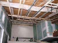 travaux de l'ancienne grange: coté piscine, préparation du plafond