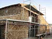 travaux de l'ancienne grange: le piquetage des murs extérieurs