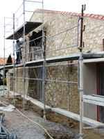 travaux de l'ancienne grange: l'enduit des murs en pierre apparente