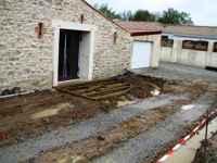 travaux de l'ancienne grange: préparation de la terrasse extérieure