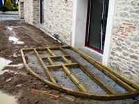 travaux de l'ancienne grange: la terrasse extérieure sera en continuité de l'espace gite piscine intérieure