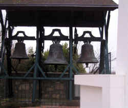 Location gîte de charme Vendée à Les Clouzeaux, les cloches de l'église sont posées au sol
