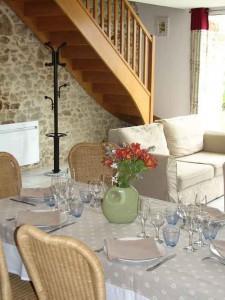 Salle à manger et salon de la location maison de vacances avec piscine en vendée