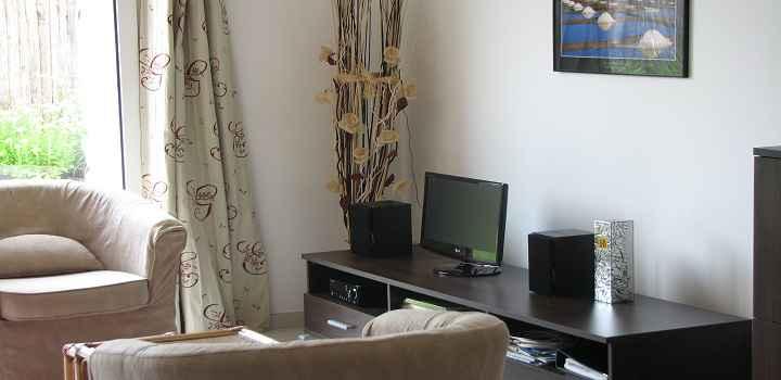 Vue du salon tv de la location maison de vacances avec piscine en vendée